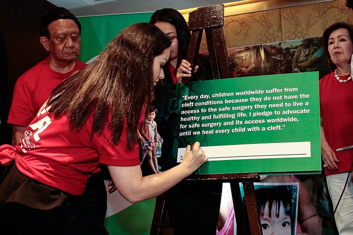 Ms. Georgina Hernandez, spokesperson of Vice President Leni Robredo, signs Until We Heal pledge